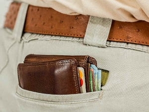 Why You Should Never Carry These Things Your Wallet